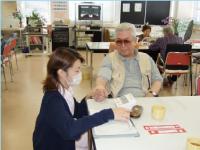 おじいさんが血圧を測っている写真