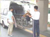 バリアフリー用のワゴン車のリストに車いすに乗った高齢者の方を乗せている写真